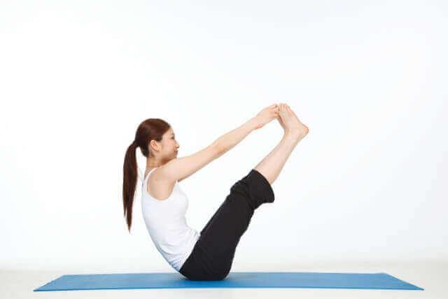 腹筋をパランスよく整えるV字バランスのポーズ | ヨガ資格yoga.xyz